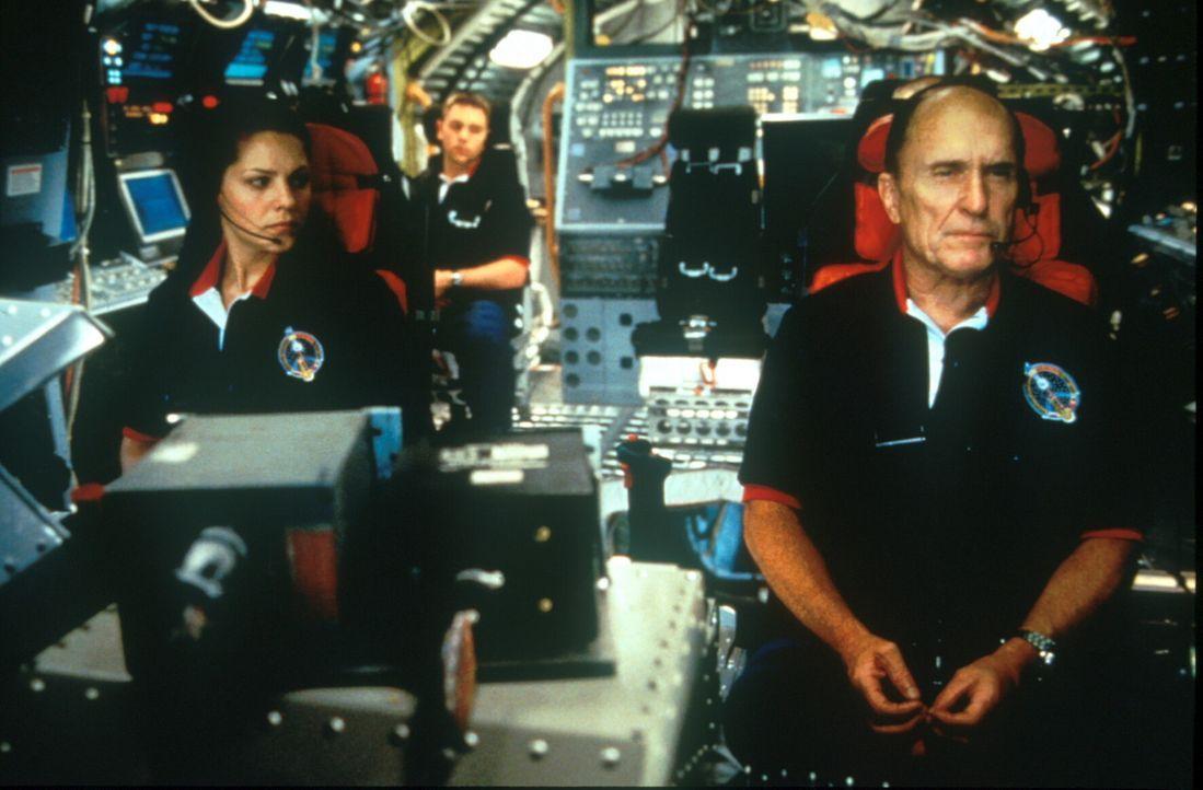 Kamikaze: Astronaut Spurgeon Keeney (Robert Duvall, r.) und seine Crew haben noch eine allerletzte Chance ... - Bildquelle: TM+  1998 DreamWorks L.L.C. and Paramount Pictures All Rights Reserved