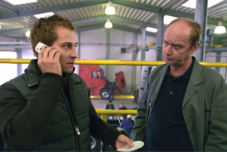 Zier (Niels Bruno Schmidt, l.) spricht mit Florians Chef (Artus Maria Matthiessen, r.) und erfährt, dass Florian in der fraglichen Nacht unterwegs w... - Bildquelle: Thomas Kost Sat.1