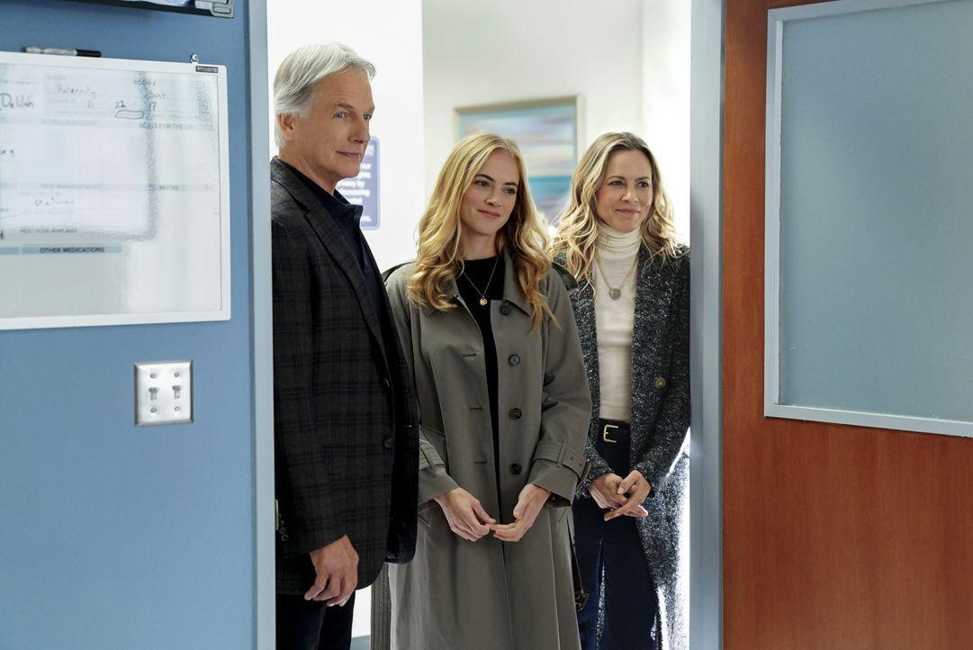 Als Gibbs (Mark Harmon,l.), Ellie (Emily Wickersham, M.) und Jack (Maria Bello, r.) ins Krankenhaus kommen, um mit dem Geiselnehmer zu verhandeln, e... - Bildquelle: Sonja Flemming 2017 CBS Broadcasting, Inc. All Rights Reserved.