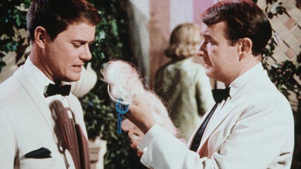 Tony (Larry Hagman, l.) und Roger (Bill Daily, r.) sollen sich auf einer Wohl...