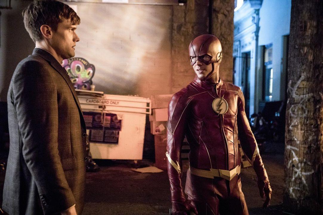 Barry alias The Flash (Grant Gustin, r.) trifft auf seinen alten Widersacher Ralph Dibny (Hartley Sawyer, l.) und ausgerechnet dieser hat seit neust... - Bildquelle: 2017 Warner Bros.