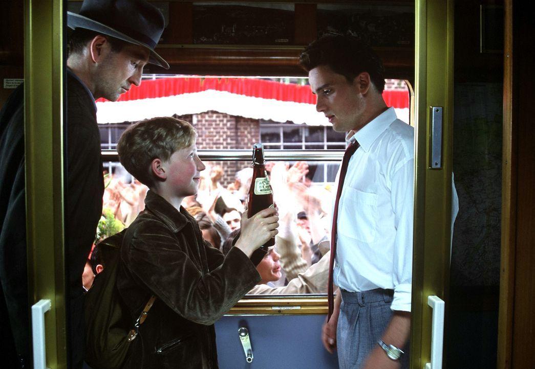 Richard (Peter Lohmeyer, l.) hat seinen Sohn in den Zug geschmuggelt. Endlich kann Matthias (Louis Klamroth, M.) seinem großen Idol Helmut Rahn (Sas... - Bildquelle: Senator Film