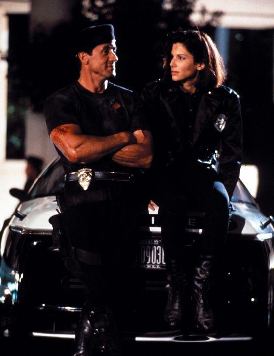 Kämpfen gemeinsam gegen das Böse in L.A.: John Spartan (Sylvester Stallone, l.) und Lenina Huxley (Sandra Bullock, r.) ... - Bildquelle: Warner Brothers International Television Distribution Inc.