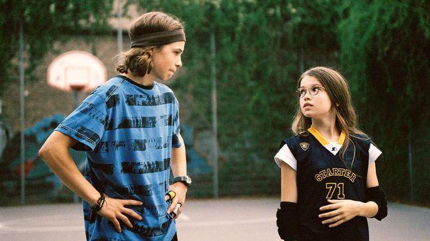 Nelly (Zoe Moore, r.) hofft, dass der Nachbarsjunge Max Minsky (Emil Reinke,...