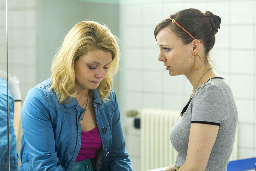 Machen beide einen Schwangerschaftstest - doch welcher ist positiv? Danni (Annette Frier, l.) und Bea (Nadja Becker, r.) ... - Bildquelle: Frank Dicks SAT.1