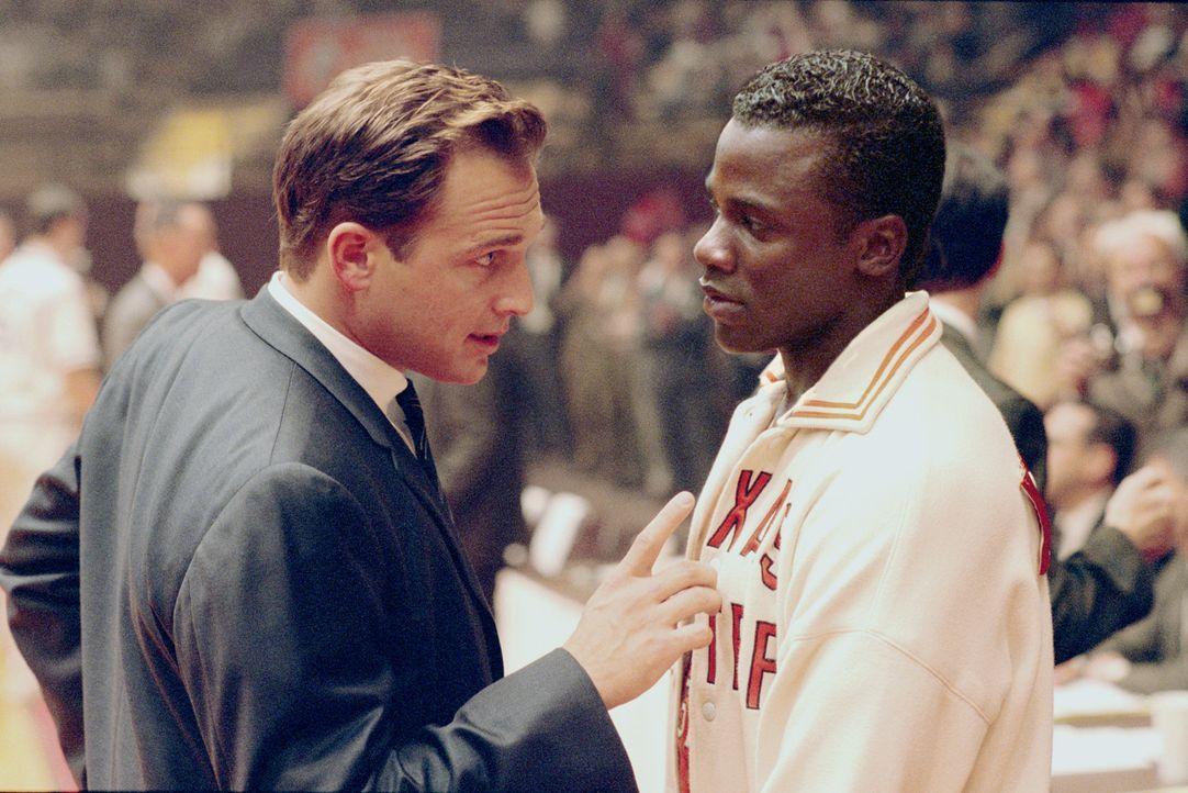 Bei der Wahl der besten Basketballspieler der Uni in El Paso ist dem Trainer Don Haskins (Josh Lucas, l.) die Hautfarbe vollkommen egal. Hauptsache,... - Bildquelle: Disney Enterprises, Inc / Bruckheimer Films.  All rights reserved