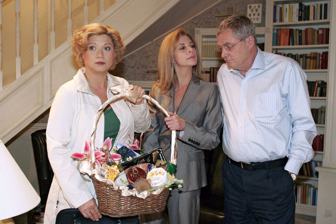 Auch Agnes (Susanne Szell, l.) muss irritiert feststellen, dass Laura (Olivia Pascal, M.) ihren Mann Friedrich (Wilhelm Manske, r.) extrem bemuttert. - Bildquelle: Sat.1
