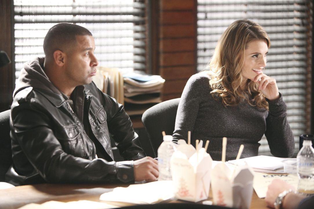 Javier (Jon Huertas, l.) und Beckett (Stana Katic, r.) nehmen ihren Kollegen Kevin Ryan aufs Korn ... - Bildquelle: ABC Studios