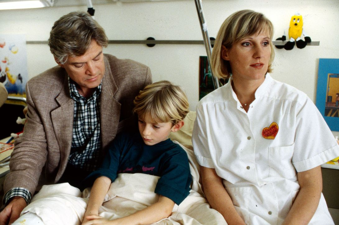 Schwester Hilde (Heike Jonca, r.) ist sich sicher, dass Kurt Hellmann (Rüdiger Joswig, l.), der Vater des kleinen Benjamin (Dennis Westermann, M.),... - Bildquelle: Bernd Spauke Sat.1