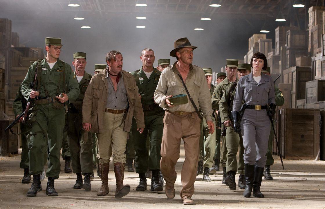 Der in die Jahre gekommene Archäologe Indiana Jones (Harrison Ford, 2.v.r.) wird gemeinsam mit seinem Freund und Kampfgefährten Mac (Ray Winstone,... - Bildquelle: David James Lucasfilm Ltd. & TM. All Rights Reserved