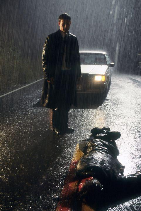 Gerade ist Harrison French  (Matthew Davis, stehend) ein Großauftrag durch die Lappen gegangen, da fährt er auf dem Heimweg auch noch einen Mann tot... - Bildquelle: Nu Image Films