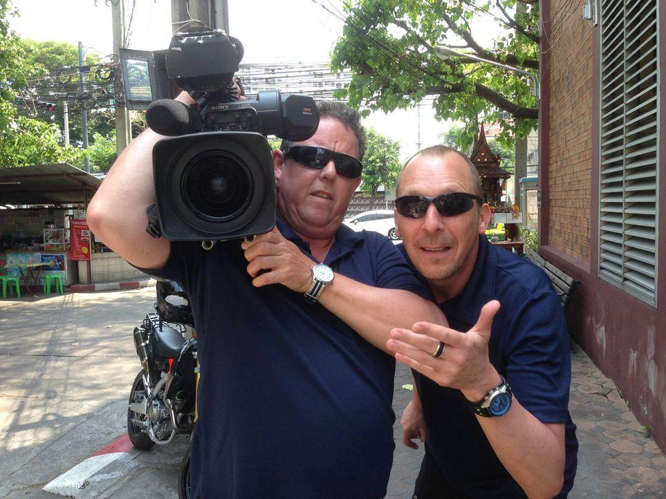 Die Kult-Cops Toto (l.) und Harry (r.) reisen nach Thailand und erleben einen ganz anderen Polizeialltag, als bei sich im Pott ... - Bildquelle: kabel eins
