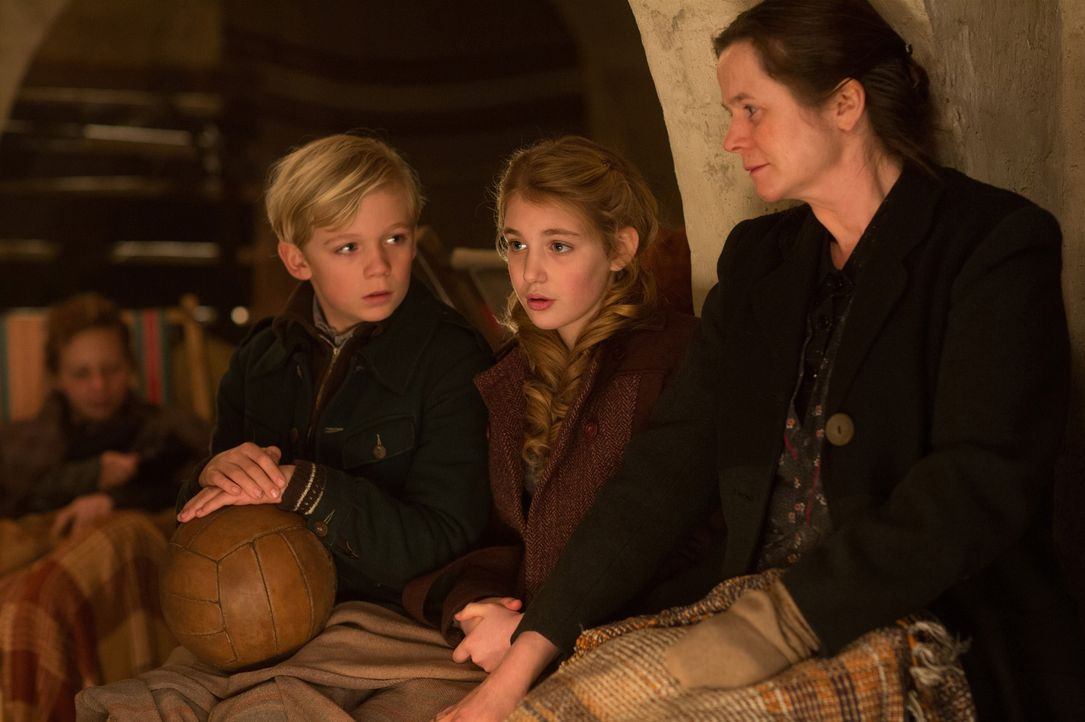 Der Krieg zieht in Deutschland ein und die Leben von Rudy (Nico Liersch, l.), Liesel (Sophie Nélisse, M.) und Rosa (Emily Watson, r.) werden immer w... - Bildquelle: Jules Heather TM and   2013 Twentieth Century Fox Film Corporation.  All Rights Reserved.