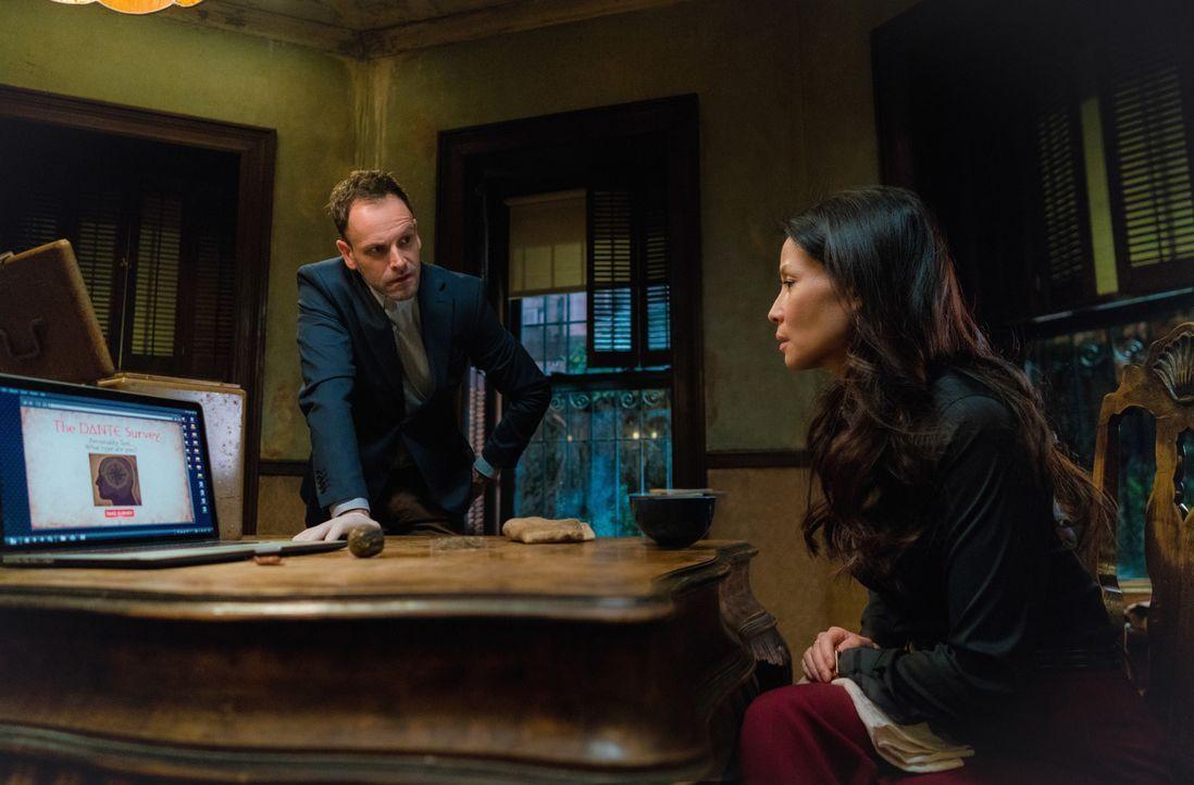 Emil Kurtz, ein Mitarbeiter von Holmes' Vater wurde ermordet. Holmes (Jonny Lee Miller, l.) und Watson (Lucy Liu, r.) glauben, dass Morland dahinter... - Bildquelle: Michael Parmelee 2016 CBS Broadcasting Inc. All Rights Reserved.