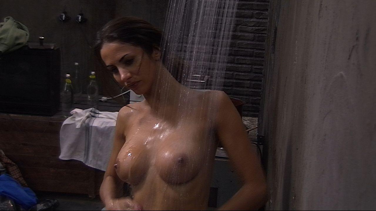 Janina duscht4 - Bildquelle: SAT.1