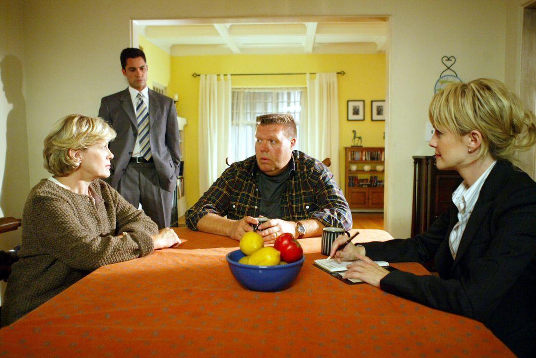 Det. Lilly Rush (Kathryn Morris, r.) und ihr Kollege Det. Scott Valens (Danny Pino, 2.v.l.) hoffen, über Brad (Joel McKinnon Miller, 2.v.r.) und Mr... - Bildquelle: Warner Bros. Television
