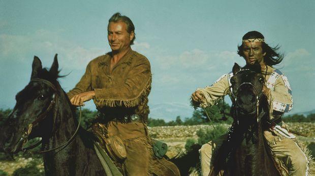 Wieder einmal müssen Winnetou (Pierre Brice, r.) und sein Blutsbruder Old Sha...