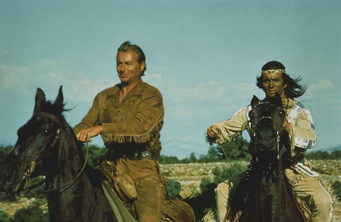 Wieder einmal müssen Winnetou (Pierre Brice, r.) und sein Blutsbruder Old Shatterhand (Lex Barker, l.) ran: In einigen Gebieten kommt es zu Kämpfe... - Bildquelle: Columbia Pictures