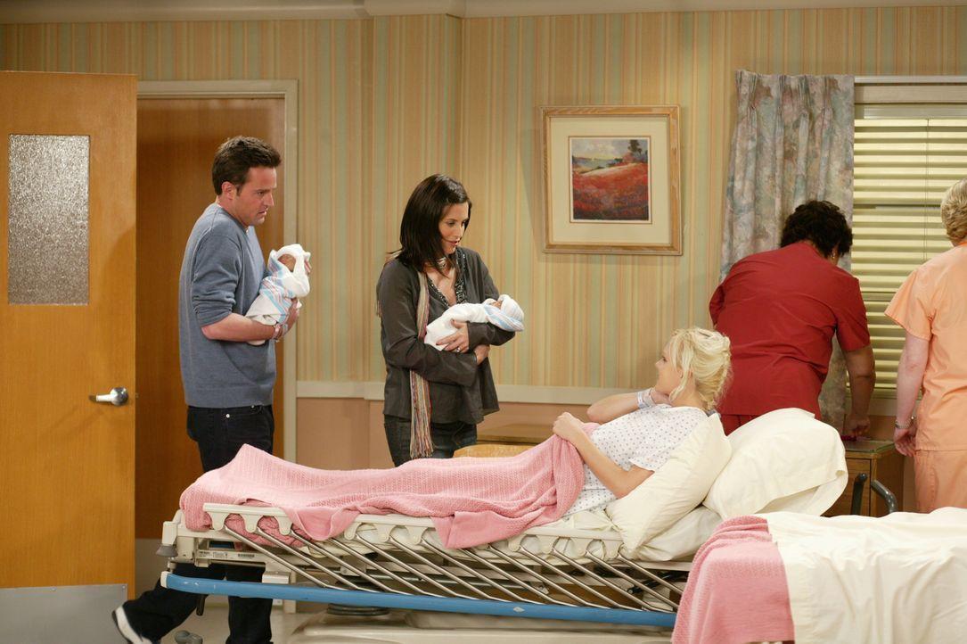 Endlich können Monica (Courteney Cox, 2.v.l.) und Chandler (Matthew Perry, l.) ihre gerade von Erica (Anna Faris, M.) zur Welt gebrachten Babys auf... - Bildquelle: 2003 Warner Brothers International Television