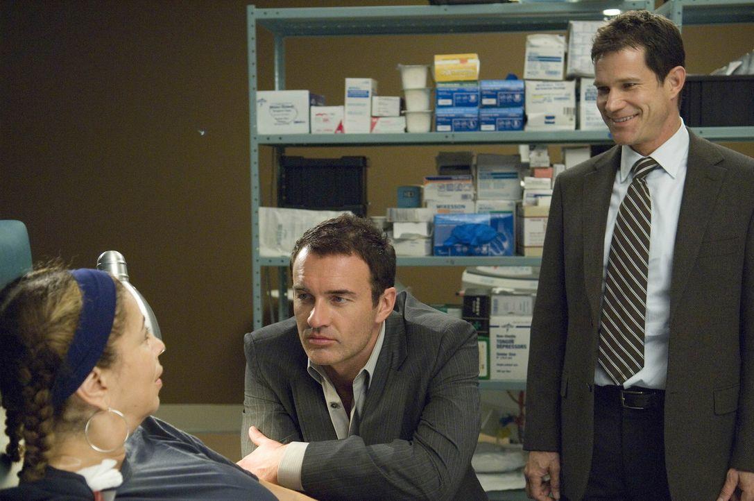 Christian (Julian McMahon, M.) bietet Liz (Roma Maffia, l.) an, dass er und Sean (Dylan Walsh, r.) sich testen lassen, ob sie als Spender einer Nier... - Bildquelle: TM and   2004 Warner Bros. Entertainment Inc. All Rights Reserved.