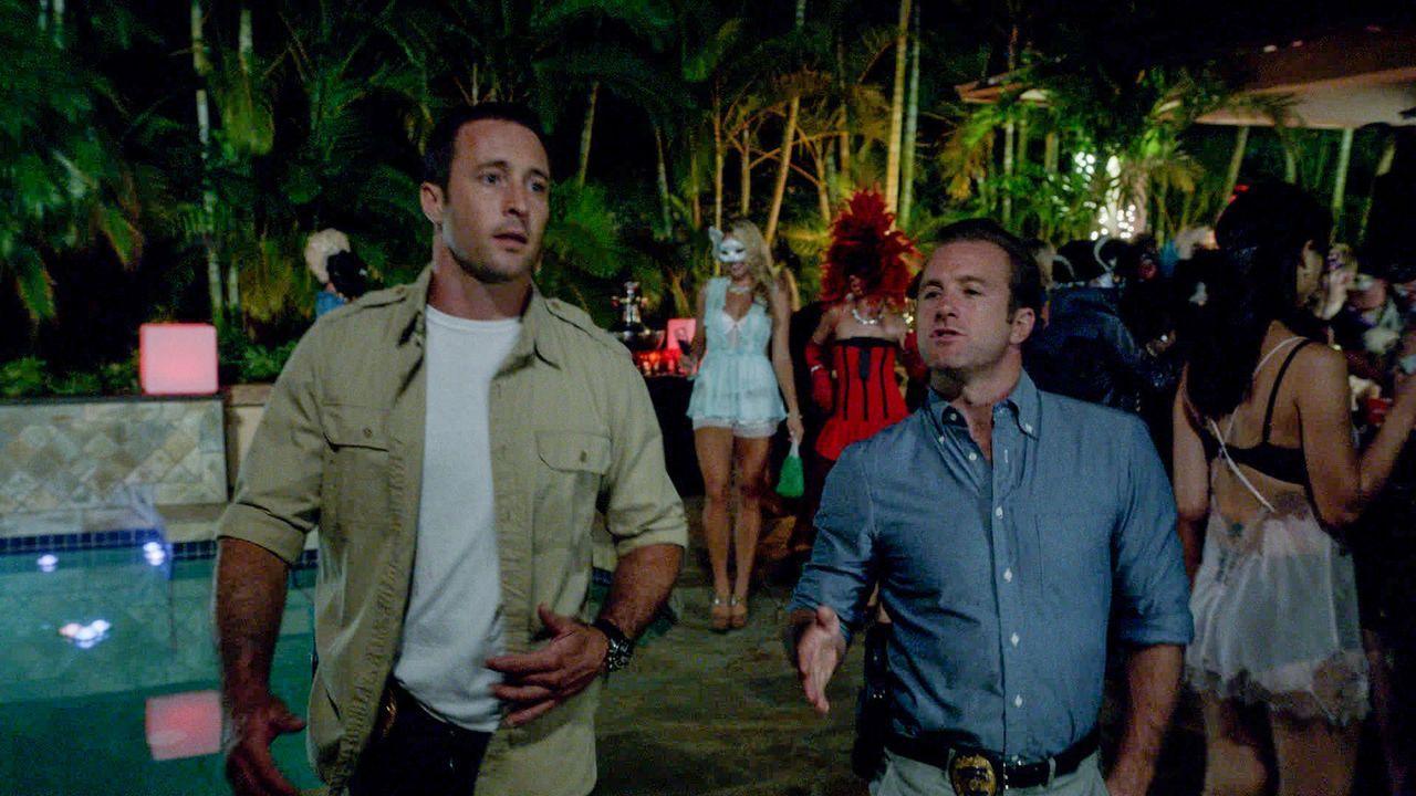 Als auf einer Halloween-Party ein Mann erschossen wird, werden Steve (Alex O'Loughlin, l.) und Danny (Scott Caan, r.) beauftragt, den Fall zu lösen... - Bildquelle: 2013 CBS BROADCASTING INC. All Rights Reserved.