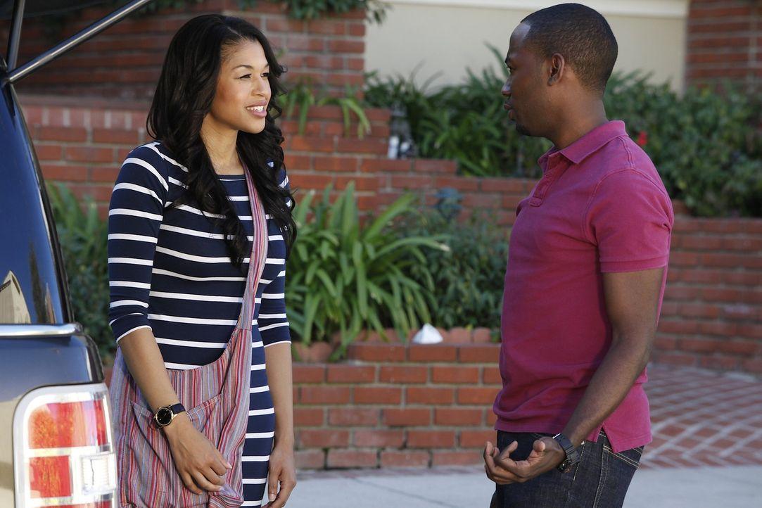 Winston (Lamorne Morris, r.) spielt erst den Coolen, bekommt aber schließlich Panik, als Shelby (Kali Hawk, l.) mit ihren Freundinnen für einen Jung... - Bildquelle: 20th Century Fox