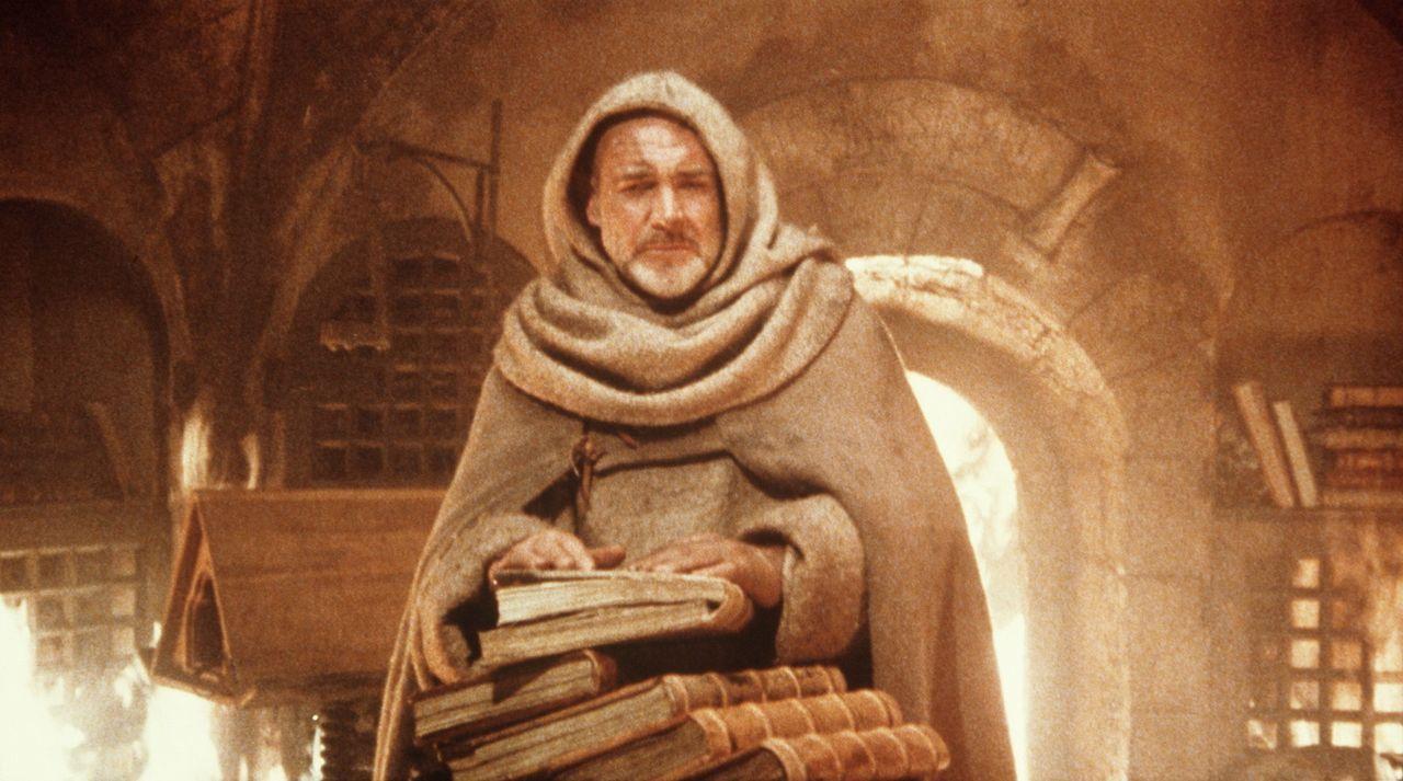 Die Bibliothek steht in Flammen: William von Baskerville (Sean Connery) versucht, einige der Schriftstücke aus der Flammenhölle zu retten ... - Bildquelle: Constantin Film
