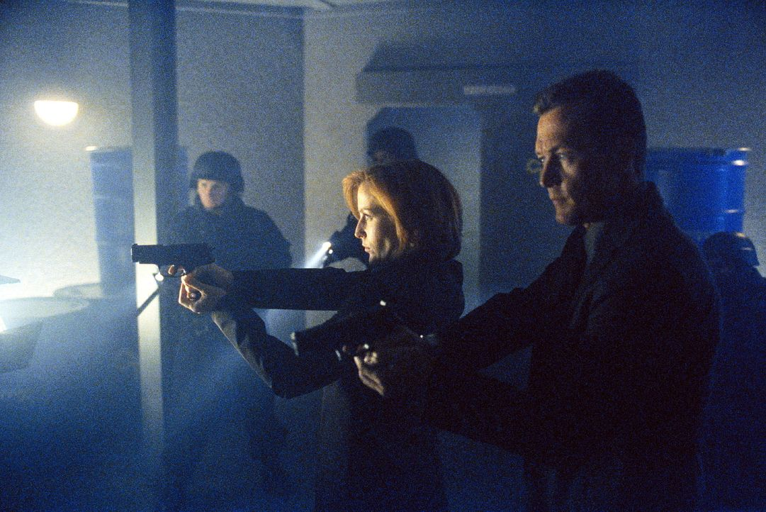 FBI-Agent Doggett (Robert Patrick, r.) und Scully (Gillian Anderson, M.) durchsuchen die Räume einer Kammerjägerfirma, die den Brüdern Randall und D... - Bildquelle: TM +   2000 Twentieth Century Fox Film Corporation. All Rights Reserved.