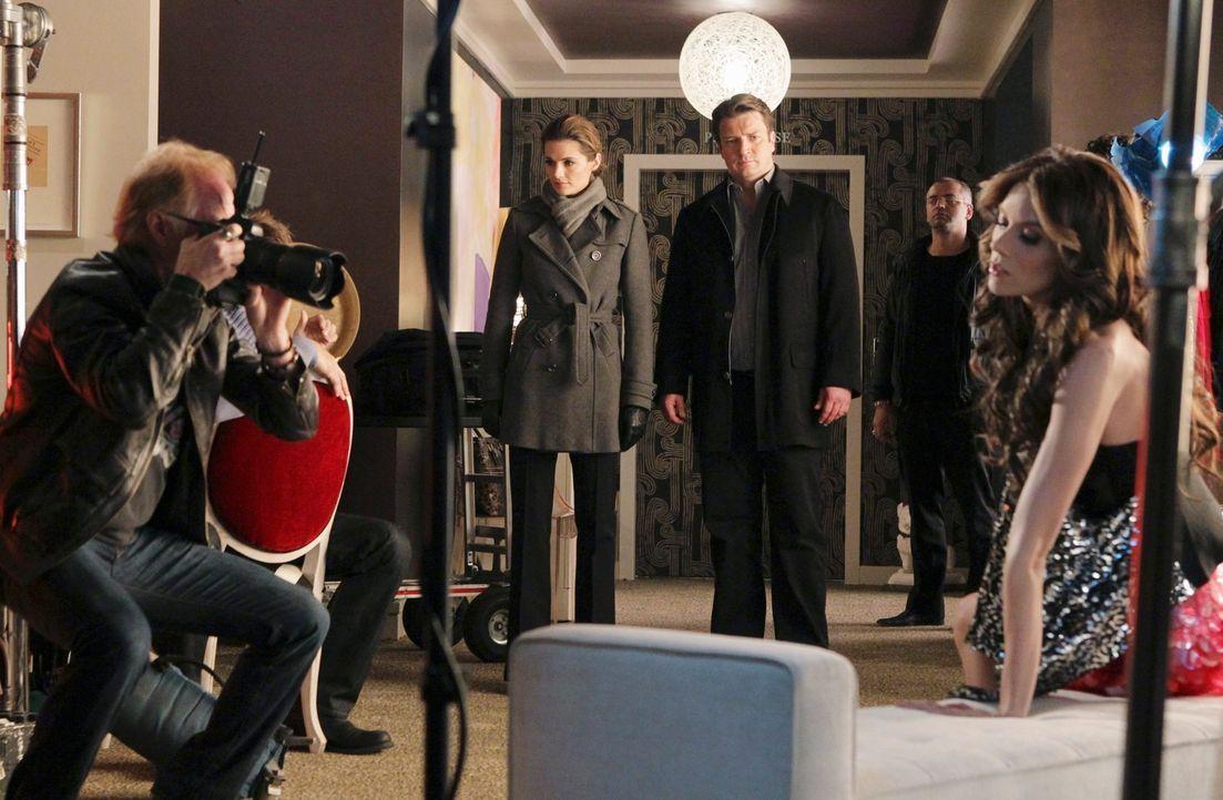 Kate Beckett (Stana Katic, 2.v.l.) und Richard Castle (Nathan Fillion, 3.v.r.) statten Reality-TV-Star Kay Cappuccio (Hilarie Burton, r.) einen Besu... - Bildquelle: ABC Studios