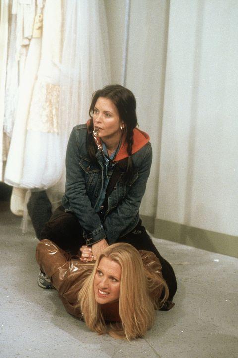 Monica (Courteney Cox, oben) greift zu harten Mitteln, um ihr Traum-Hochzeitskleid zu bekommen ... - Bildquelle: TM+  2000 WARNER BROS.