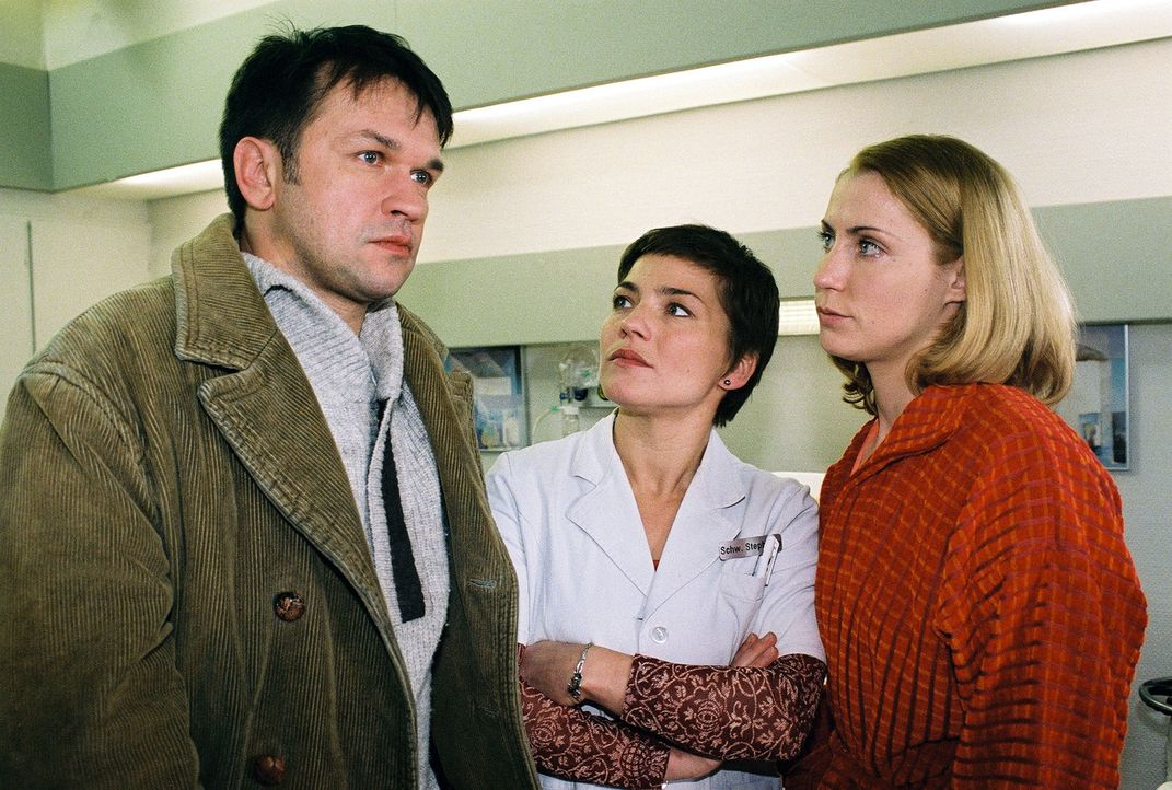 Axel (Martin May, l.) ist tief verletzt, als er vom Liebhaber seiner Frau Karina (Astrid Posner, r.) erfährt. Schwester Stephanie (Claudia Schmutzle... - Bildquelle: Monika Schürle Sat.1