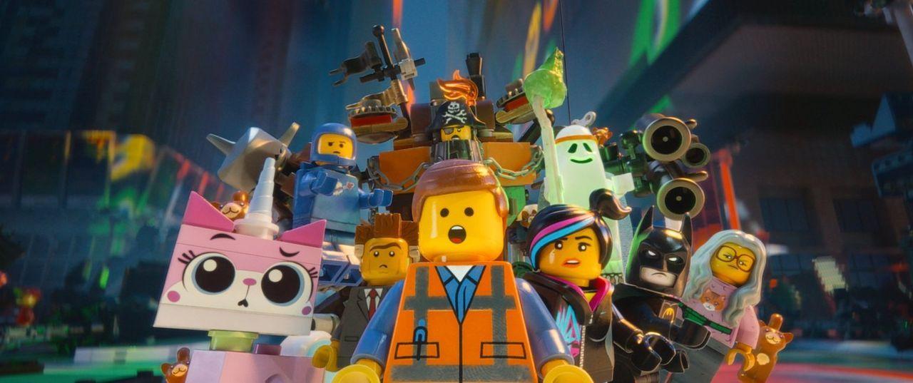 Mit Hilfe seiner neuen, vielen Freunde muss der einfache Bauarbeiter Emmet (M.) erfahren, dass es neben seiner geliebten Stadt noch ganz andere LEGO... - Bildquelle: 2014 Warner Brothers