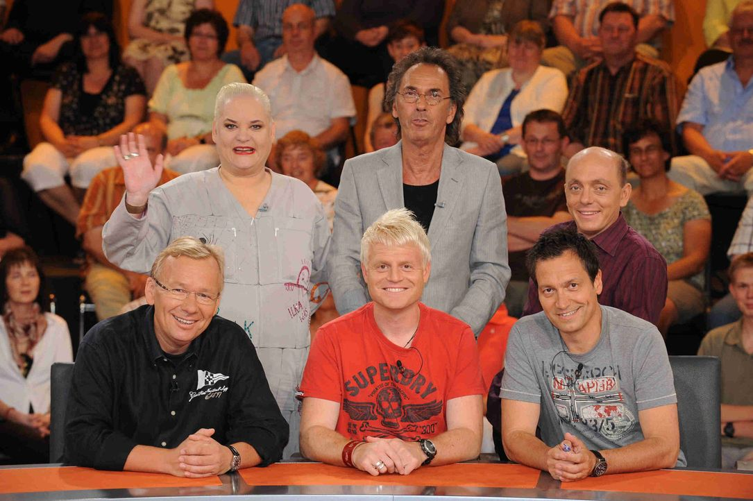 Genial daneben: Hella von Sinnen (hinten l.), Bernd Stelter (vorne l.), Guido Cantz (vorne M.), Dieter Nuhr (vorne r.), Bernhard Hoëcker (hinten r.... - Bildquelle: Sat.1
