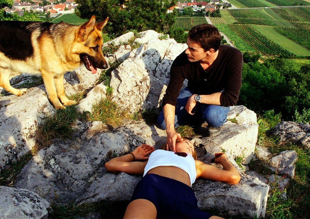 Kommissar Brandtner (Gedeon Burkhard, hinten) und Rex haben die tote Sybille (Doreen Dietel, vorne) in der Nähe eines Kreuzweges entdeckt. - Bildquelle: Sat.1