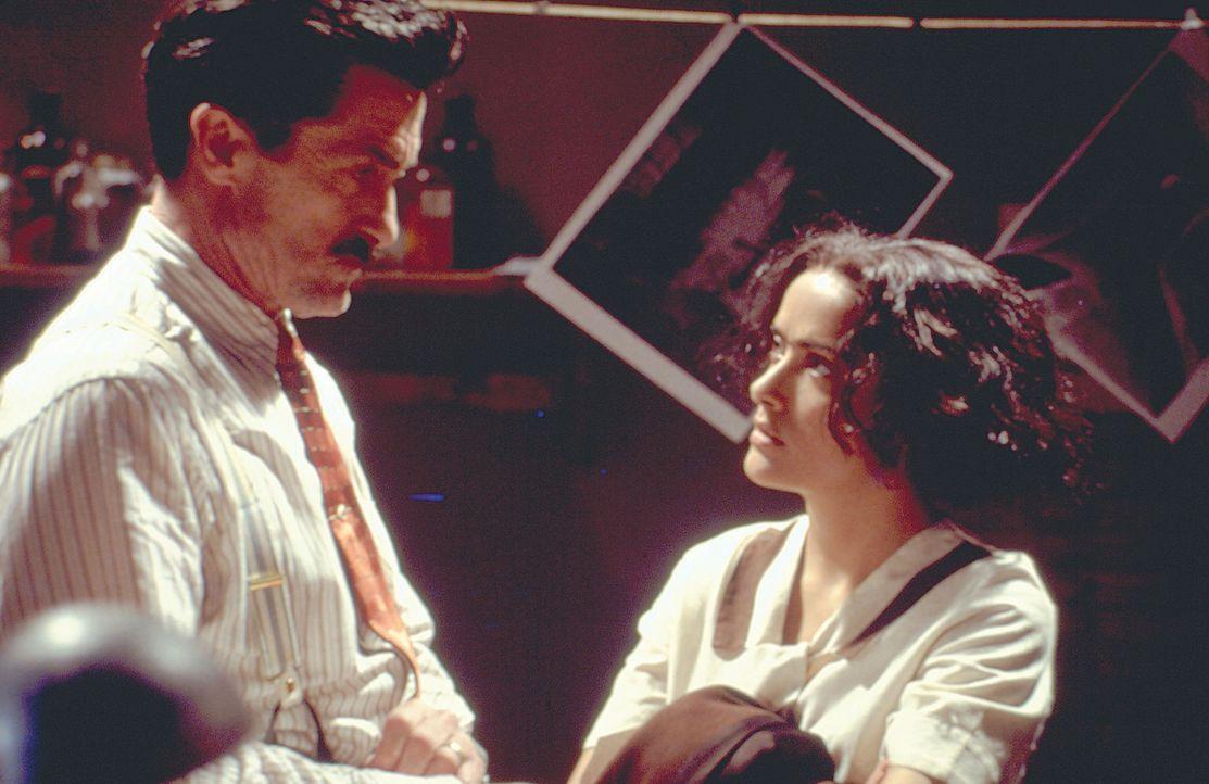 Erste Gehversuche in der Malerei verdankt Frida (Salma Hayek, r.) ihrem Vater Guillermo Kahlo (Roger Rees, l.) ... - Bildquelle: Buena Vista International