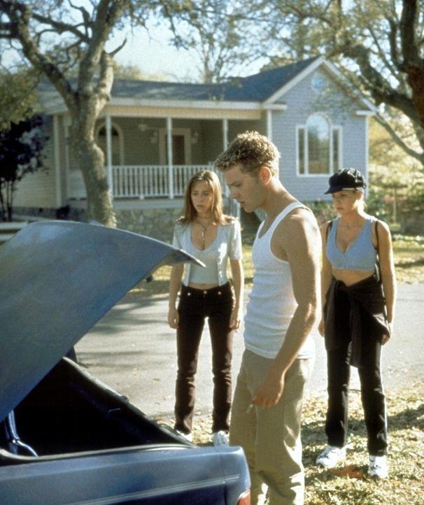 Die Leiche aus dem Kofferraum ist verschwunden! Julie (Jennifer Love Hewitt, l.), Barry (Ryan Phillippe, M.) und Helen (Sarah Michelle Gellar, r.) v... - Bildquelle: Columbia Pictures