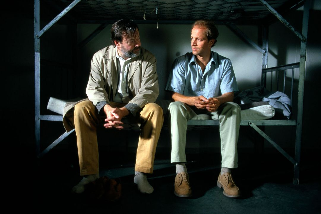 """Im Gefängnis trifft Victor (Jochen Horst, r.) als Ingolf Brandt erneut auf den alten Mann (Wolfgang Häntsch, l.), der sich """"Gabriel"""" nennt. Was weiß... - Bildquelle: Spitz Sat.1"""