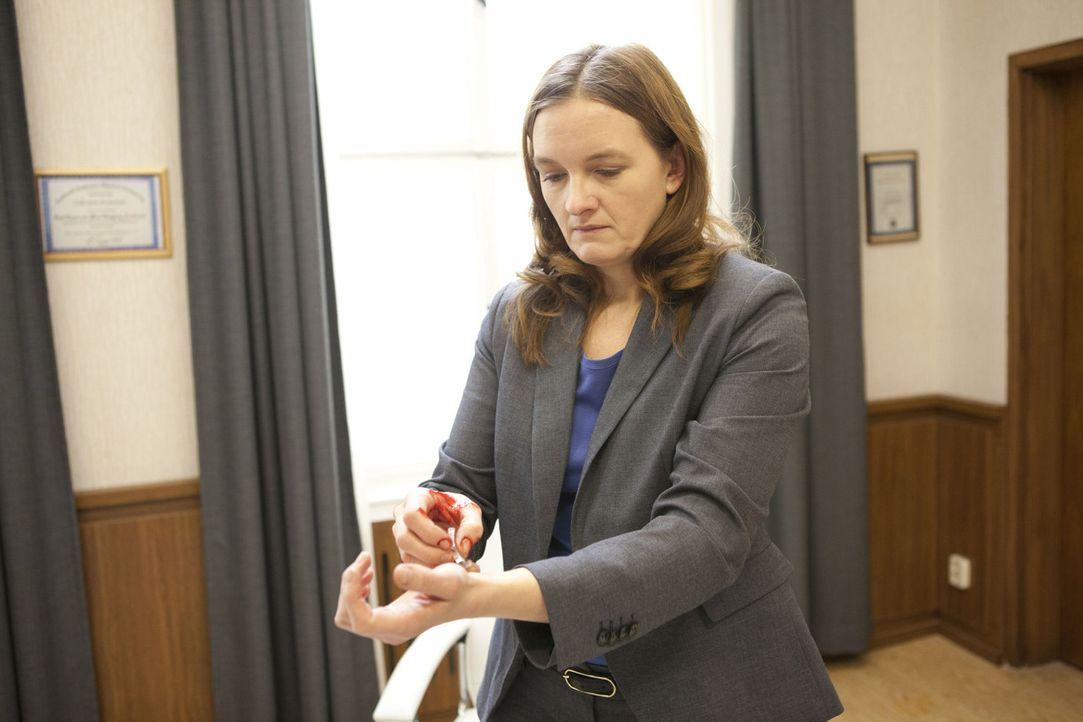 Nach der Demütigung von Alexandra, versucht sich Gabriele (Marie Schneider) das Leben zu nehmen ... - Bildquelle: SAT.1