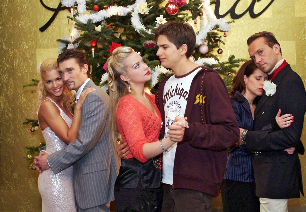 Die Weihnachtsfeier ist in vollem Gange - und dank des Weihnachtsmanns ist die Stimmung gelöst und Paare finden sich auf magische Weise zusammen. V.... - Bildquelle: Monika Schürle Sat.1