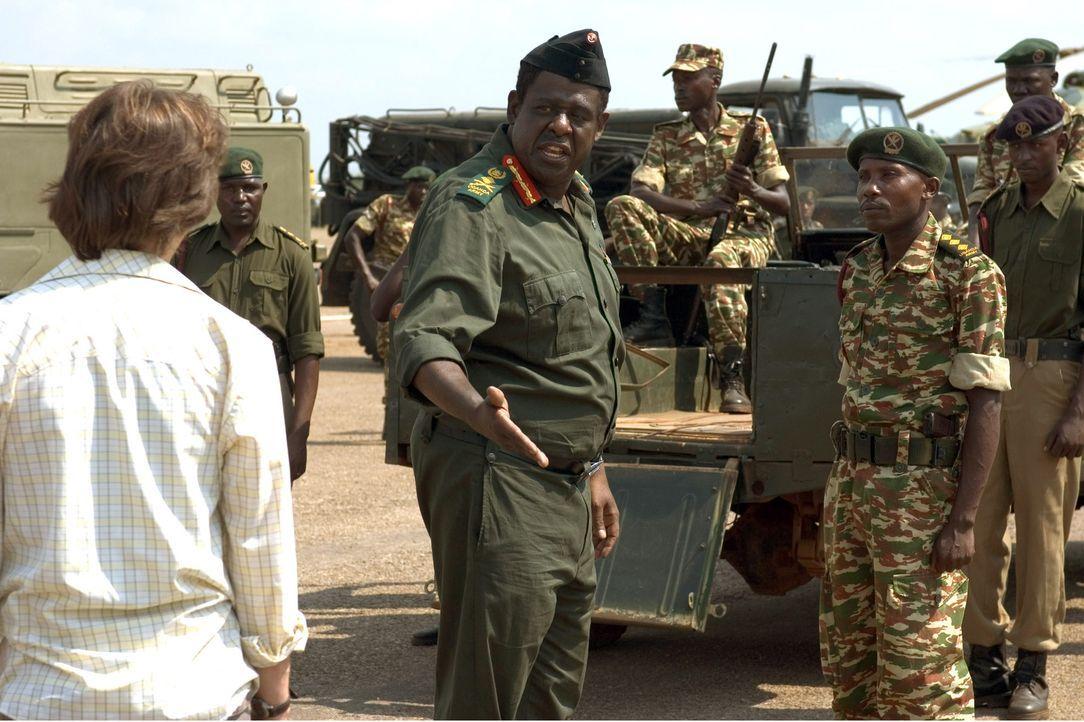 Von Politik hat Nicholas (James McAvoy, l.) keine Ahnung und zunächst fühlt er sich im Umfeld von Staatspräsident Idi Amin (Forest Whitaker, M.) tot...