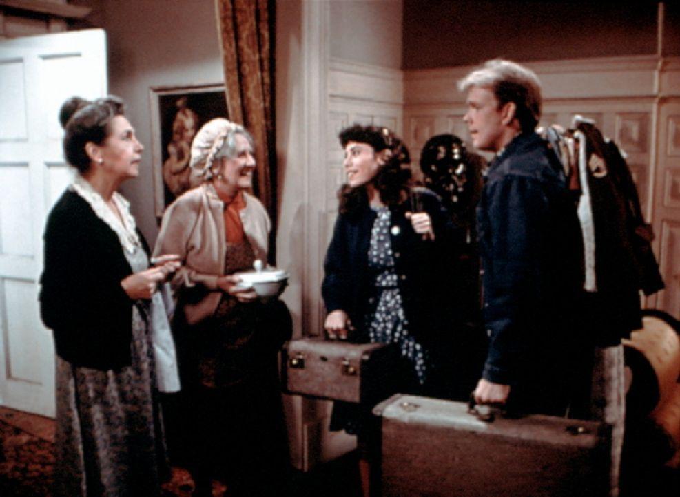 Miss Mamie (Helen Kleeb, l.) und Miss Emily (Mary Jackson, 2.v.l.) begrüßen Toni (Lisa Harrison, 2.v.r.) und Jason (Jon Walmsley, r.). Sie haben Ton... - Bildquelle: WARNER BROS. INTERNATIONAL TELEVISION