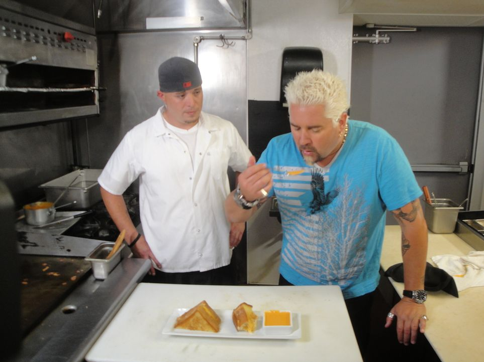 """Guy Fieri (r.) testet das Essen im """"Dressel's Public House"""", während Koch Mike Miller (l.) schon gespannt auf seine Meinung wartet ... - Bildquelle: 2012, Television Food Network, G.P. All Rights Reserved."""