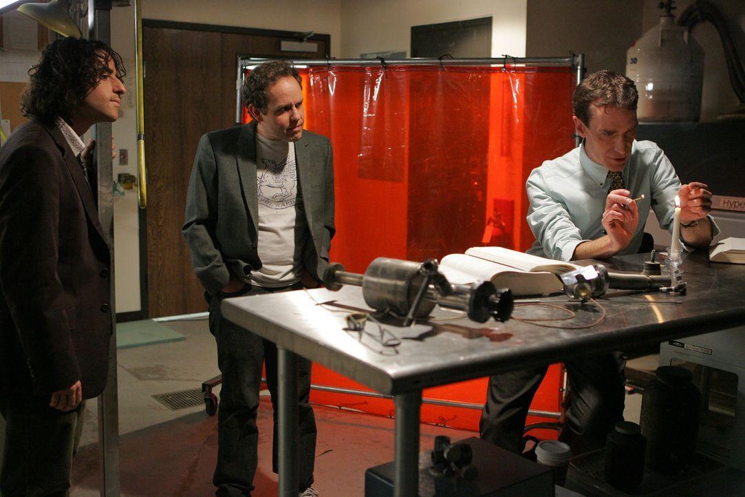 Gemeinsam versuchen sie ein neuen Fall zu lösen: Charlie (David Krumholtz, l.), Bill Waldie (Bill Nye, r.) und Larry (Peter MacNicol, M.) ... - Bildquelle: Paramount Network Television