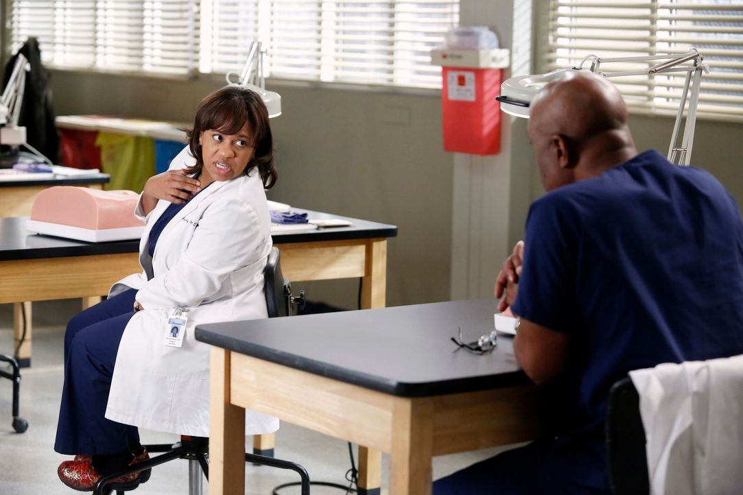 Eine neue einheitliche Methode für einen Leistenbruch soll im Seattle Grace angewandt werden. Bailey (Chandra Wilson, l.) und Richard (James Pickens... - Bildquelle: ABC Studios