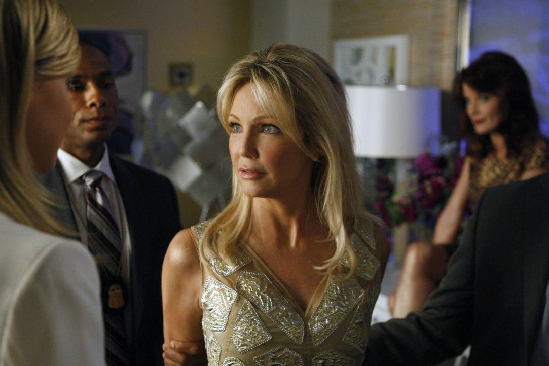Selbst mit Handschellen lässt es sich Amanda (Heather Locklear, r.) nicht nehmen Ella (Katie Cassidy, l.) zu drohen - wird sie ihre Drohung auch ve... - Bildquelle: 2009 The CW Network, LLC. All rights reserved.
