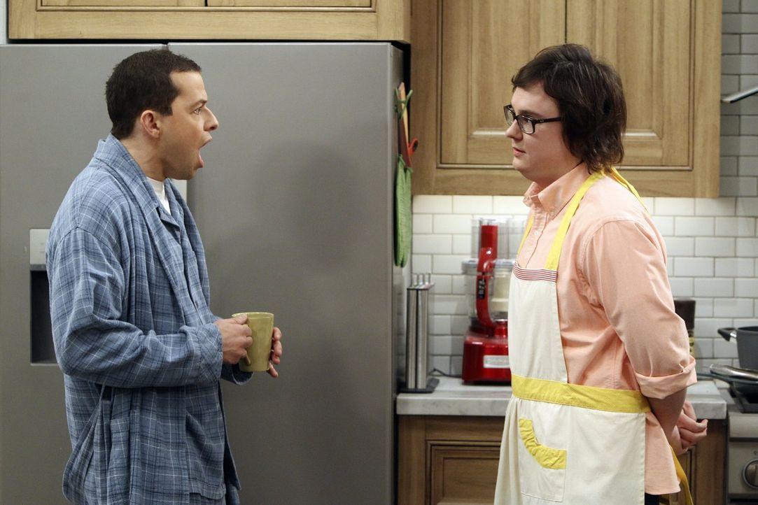 Alan (Jon Cryer, l.) ist reichlich irritiert über die Anwesenheit von Waldens Freund Barry (Clark Duke, l.) in der Küche ... - Bildquelle: Warner Brothers Entertainment Inc.