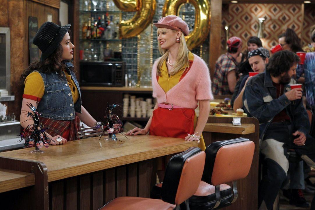 Die von den beiden Kellnerinnen Max (Kat Dennings, l.) und Caroline (Beth Behrs, r.) organisierte Party im Restaurant ihres Arbeitgebers ist ein vol... - Bildquelle: Warner Brothers