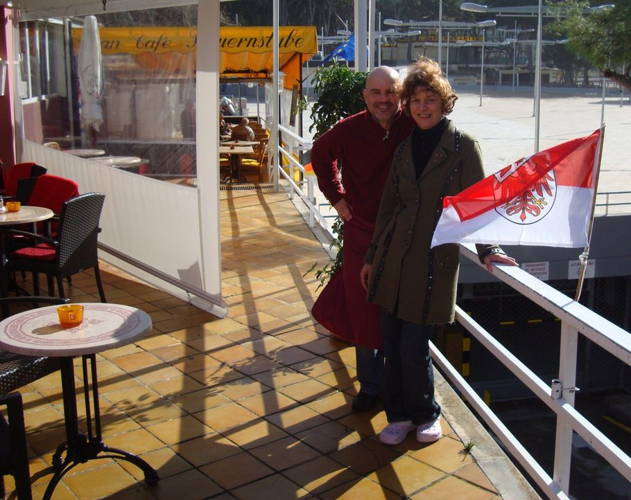 """Außerdem zu sehen in der heutigen Folge: Mike und Martina Reindl in ihrem """"Strandcafé Schwarzwald"""" auf Mallorca - Bildquelle: kabel eins"""