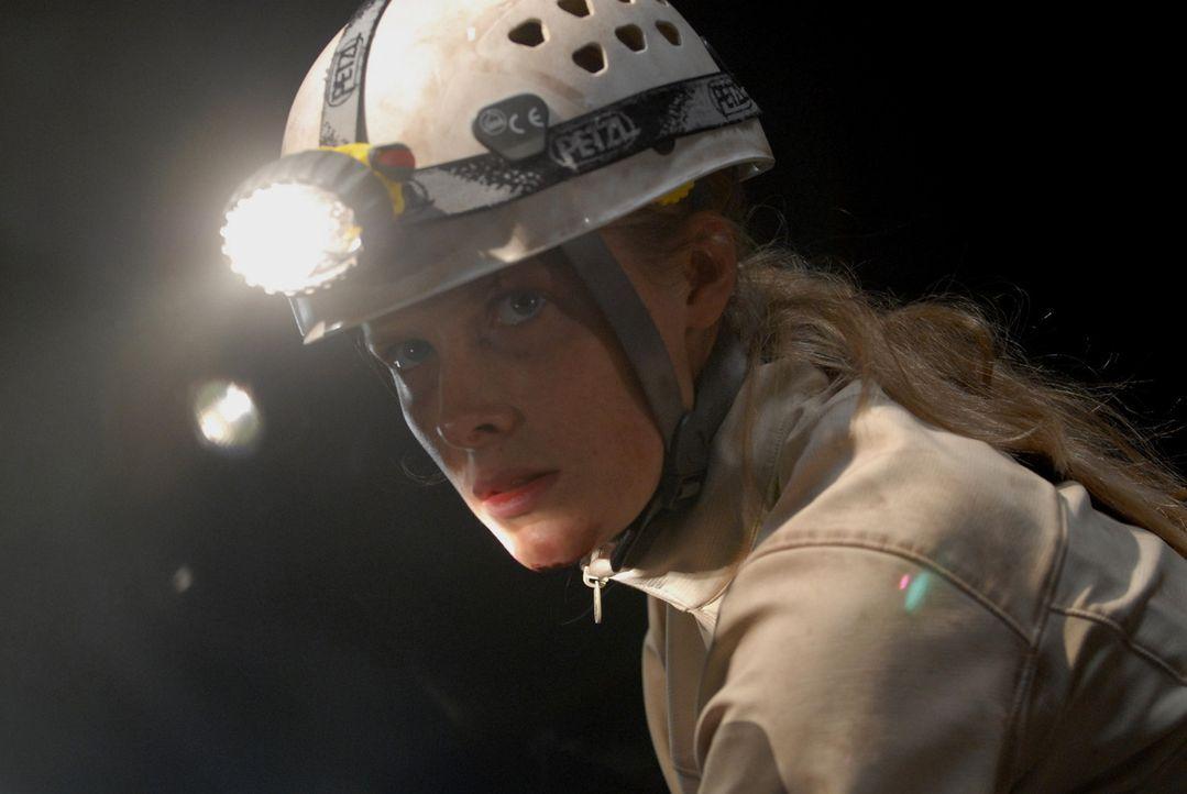 Sarah (Shauna MacDonald) kehrt als einzige Überlebende von einer Höhlentour zurück. Eine plausible Aussage, was vorgefallen ist, hat sie nicht -...