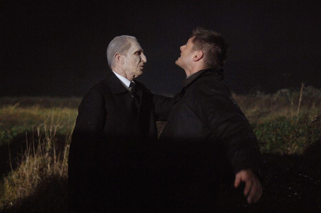 Durch die Heilungen von kranken Menschen beschwört Roy den Reaper (Alex Diakun, l.) hervor, der dafür sorgt, dass ein anderer Mensch im Gegenzug sti... - Bildquelle: Warner Bros. Television